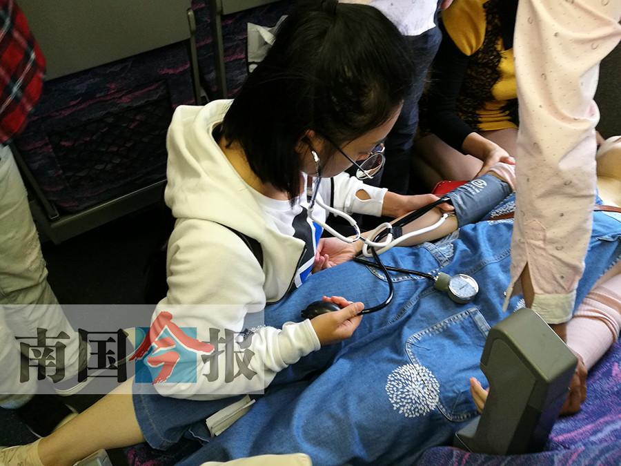 赞!乘客动车上晕倒 十余名医生护士闻讯赶来施救