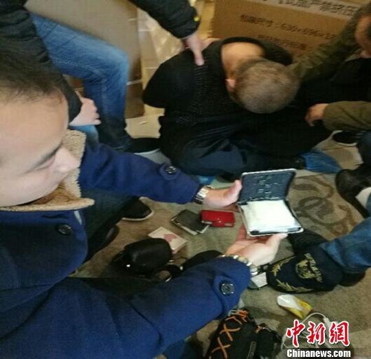 抓获的犯罪嫌疑人和毒品。警方提供