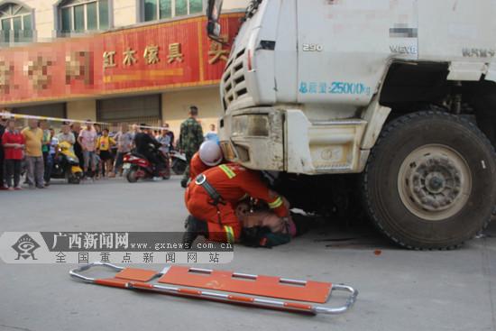 摩托车与混凝土搅拌车相撞 两人被困车底获救(图)