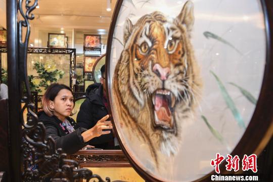 印尼安塔拉通讯社记者欣赏湘绣。 杨华峰 摄