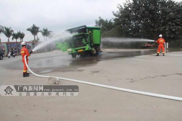 两辆泥头车迎面相撞 一人被困驾驶室获救(图)