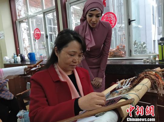 外媒记者体验湘绣制作 惊叹中国传统工艺之美