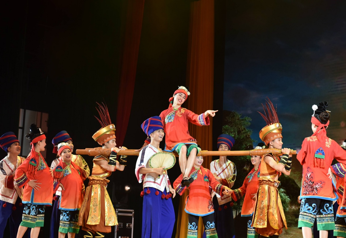 罗城仫佬族风情歌舞《妹耍去》在深圳上演(组图)