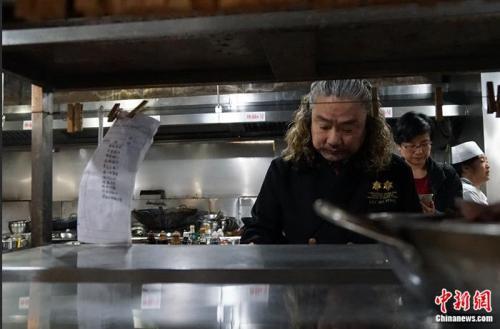 大厨刘波平30余年用心烹饪 打磨186道渝菜菜品