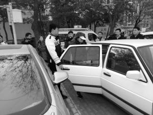 ■16日,长安交警大队查处非法停车收费。