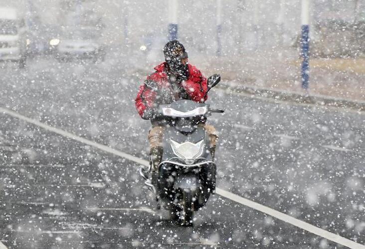 山东烟台迎来今年入冬首场降雪