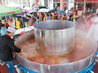 南宁狮山公园现5米宽巨型火锅 市民免费品尝(图)