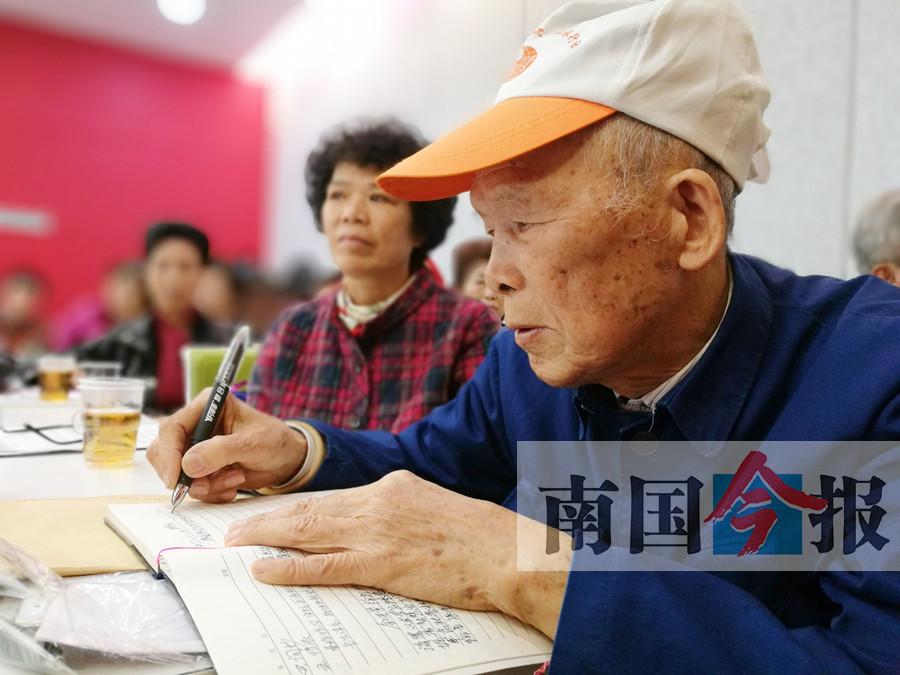 高清:越老越精神 86岁柳州老人写诗千首感悟人生