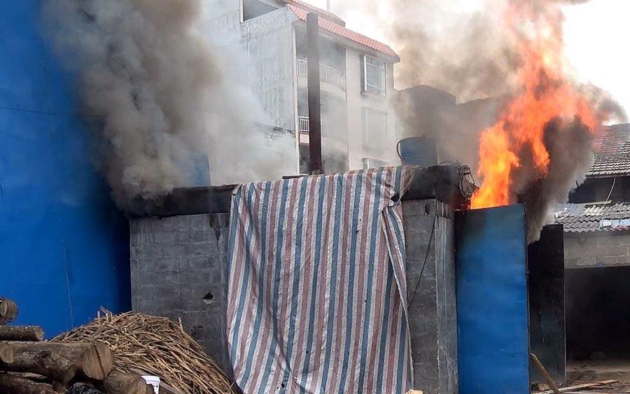 高清:都安一木材厂锅炉房突发大火 火焰近5米高