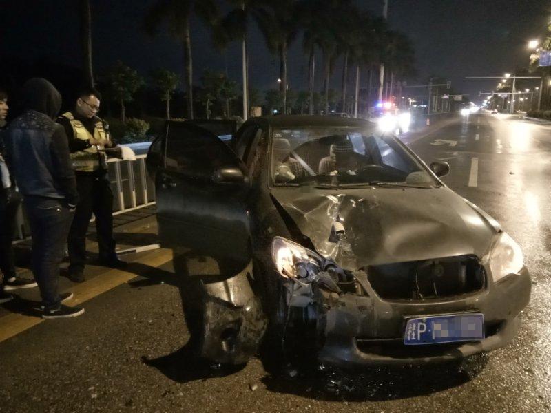 """远光灯惹出车祸!小车被护栏""""刺穿""""驾驶员幸免于难"""