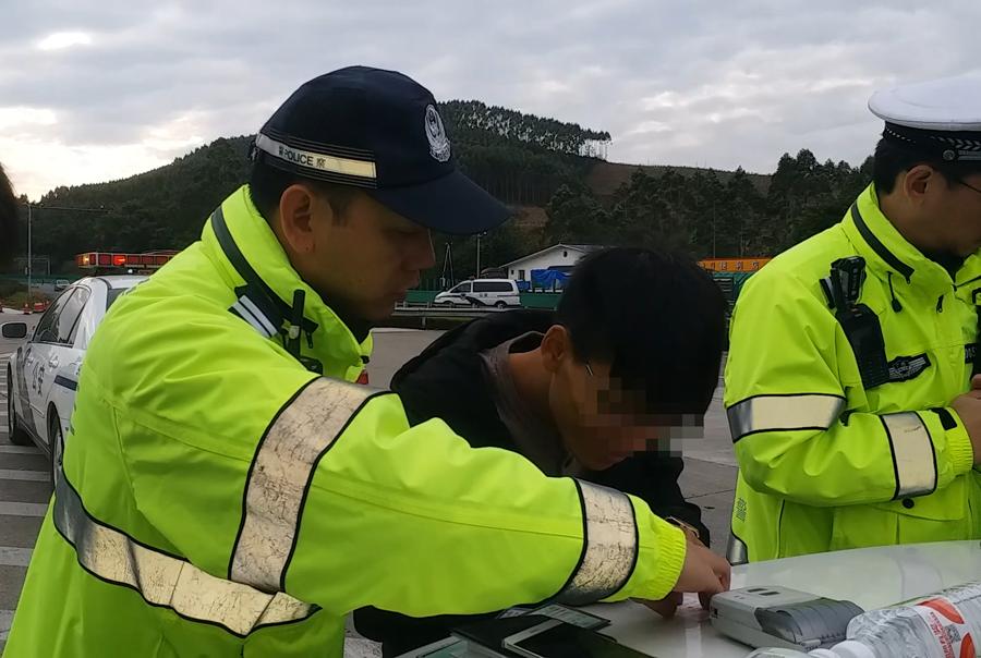 男子无证上高速练车 遇检查紧急换人被抓现行(图)