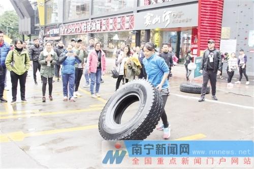 """南宁传统赛事再创新 """"举城杯""""赛姑娘上演翻轮胎"""