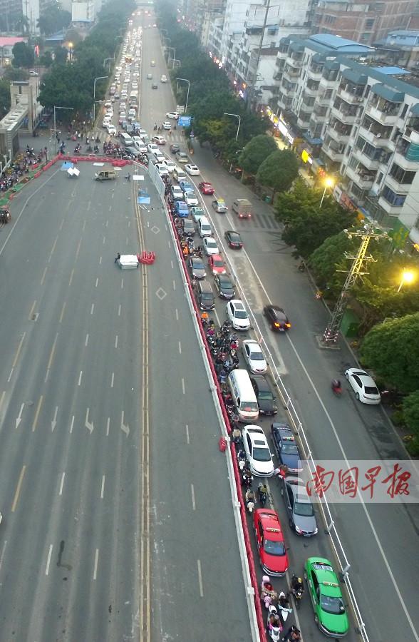 南宁市明秀秀灵路口围挡过后有点堵 尽量远端绕行