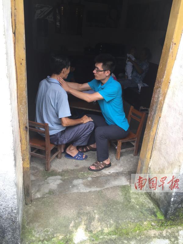 """12月4日焦点图:男子南宁街头""""学狗叫"""" 吓坏路人"""