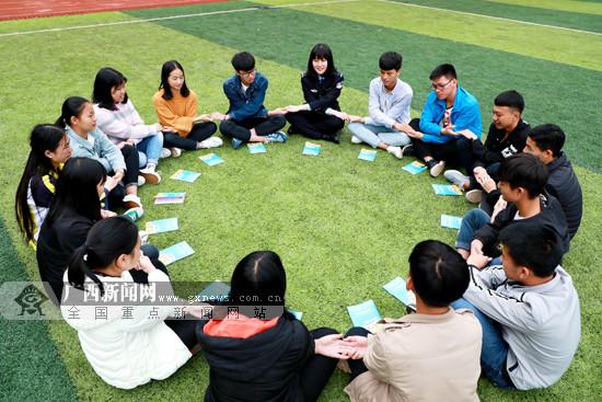 凌云:防艾知识宣传进校园 警花与学生互动(图)