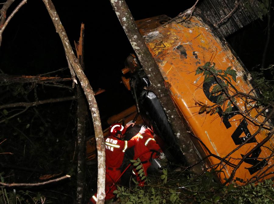 挖掘机翻下30米深山崖 受伤驾驶员被救出(组图)