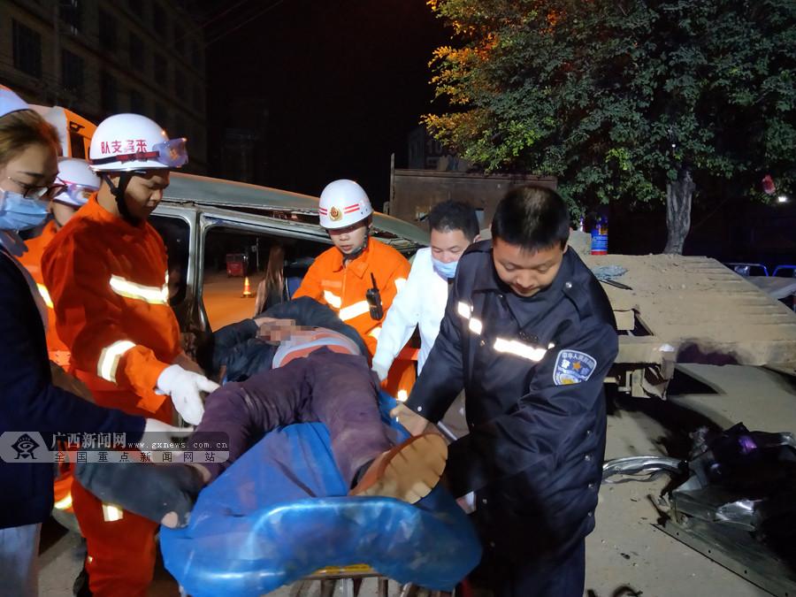 金秀:面包车追尾路边报废车 消防解救被困者(图)