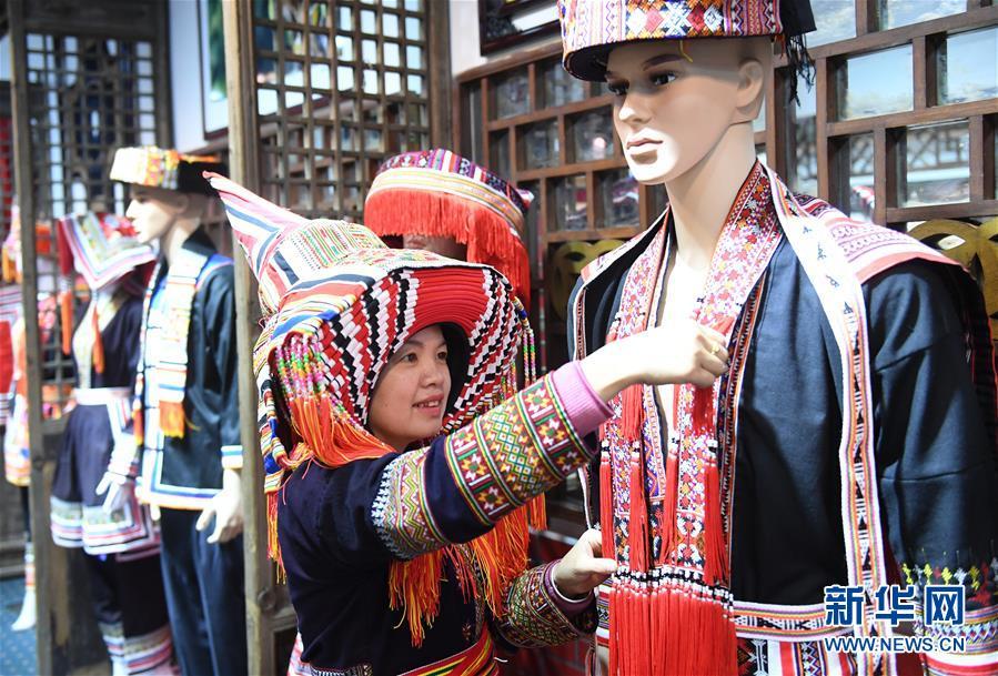 """广西贺州:""""非遗""""瑶族服饰闯市场"""