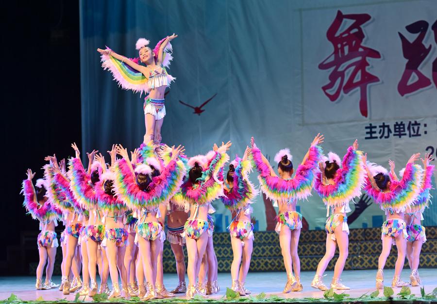 罗城举行中小学生艺术展演 学生竞相登台(组图)
