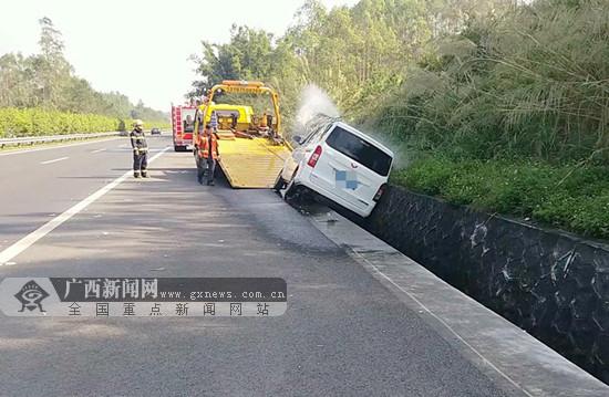 司机高速路上处理不当 小车侧翻冲进水沟(图)