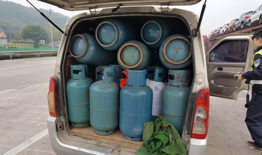 """面包车""""塞""""进43个充满气的煤气罐上高速(组图)"""