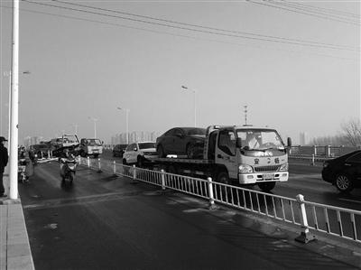 清障车将事故车辆拖离现场。 朱鼎兆 摄