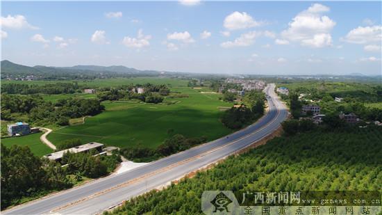 钦灵一级公路(陆屋至灵山段)路面铺设已完成94.6%