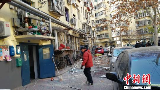 附近多个单元楼均受到影响,家中窗户被震落,玻璃杯震碎。 孙婷婷 摄