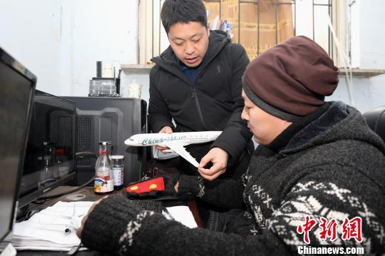"""辽宁铁岭6位农民历时一年制成""""空客A320""""(图)"""