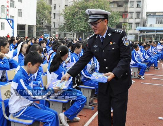 """民警进校园为数千师生送""""交通安全锦囊""""(图)"""