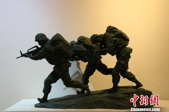 图为展出的雕塑作品 吴凯雄 摄
