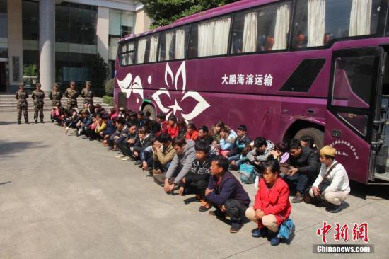 3月27日,广东省公安厅通报,今年1月1日起,广东省公安边防总队联合香港、澳门有关部门严厉打击偷渡活动,共侦破偷渡案件120余起,查获偷渡人员2000余人,同比分别上升20%、47%,其中破获外籍人员偷渡案件70余起,抓获外籍偷渡人员1800余人。图为广东省东莞市公安边防支队官兵查获一批非法入境外籍人员。<a target='_blank' href='http://www.chinanews.com/'></table>中新社</a>记者 张嘉琦 摄