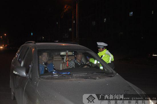 """钦州:交警突查酒驾 不到一小时三""""醉猫""""落网(图)"""