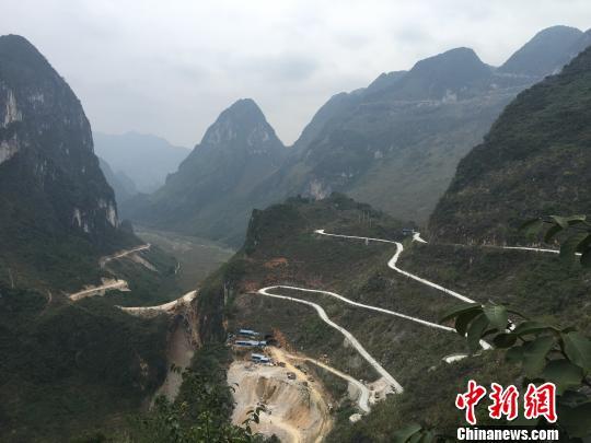 图为位于百色市凌云县东南部的弄福公路,全长25公里,涵盖了12个回头弯。 杨陈 摄