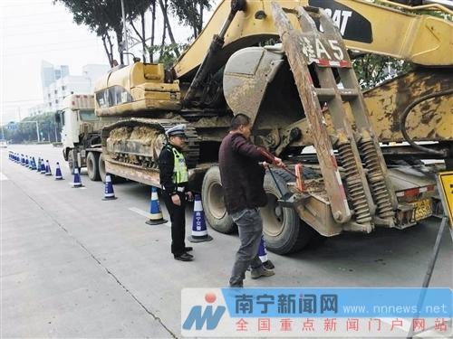 南宁交警严厉查处整治扬尘污染  持续守护