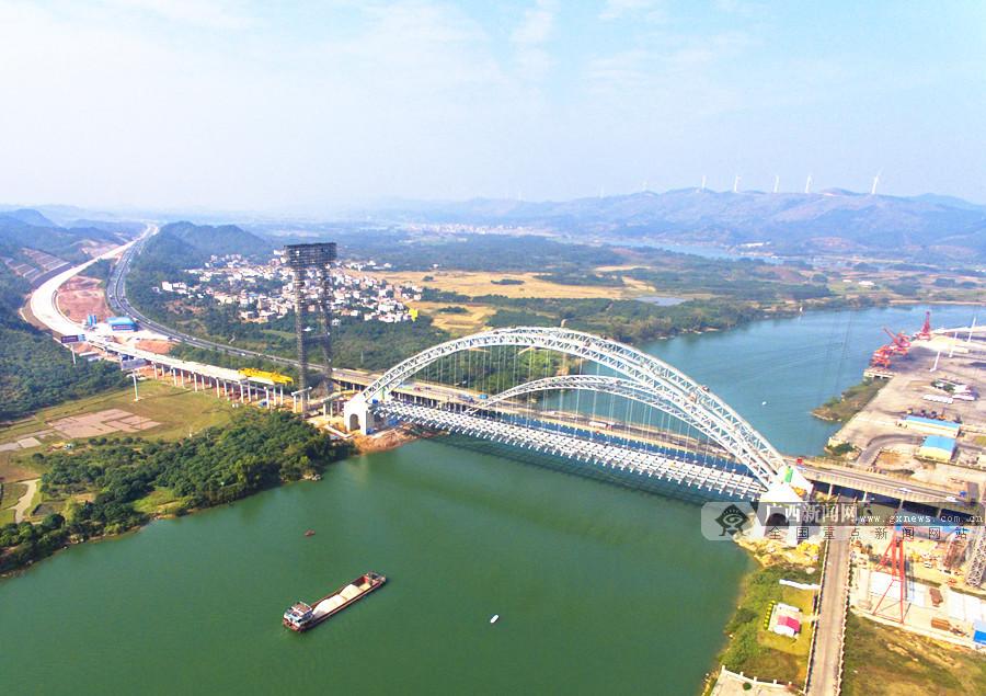 12月11日焦点图:柳南高速公路六景郁江特大桥合龙