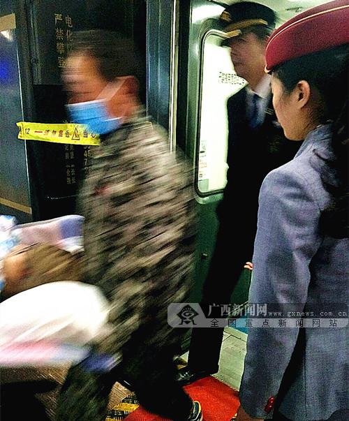 南宁开往青岛列车成功将一名重伤旅客护送到站