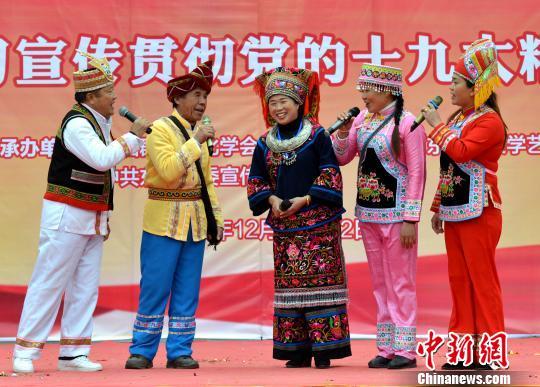 12月10日,刘三姐歌谣国家级传承人谢庆良和多名广西歌王在广西东兰县同台对歌,用诙谐幽默的山歌宣传国家政策。 粟俊 摄