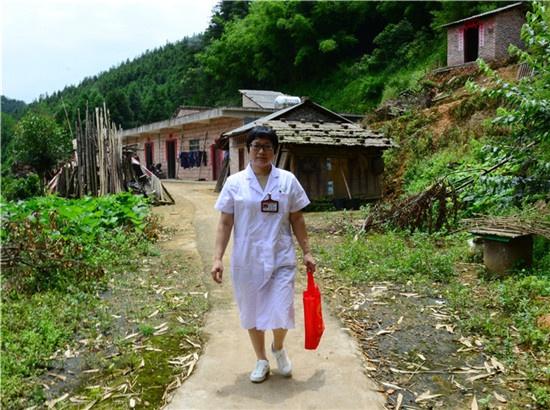 """吴志芬:行走在崎岖山路里的""""白衣天使"""""""
