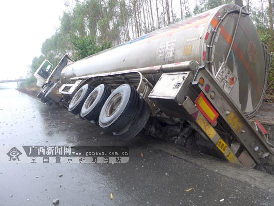 小轿车突然超车 油罐车紧急避让侧翻排水沟(图)