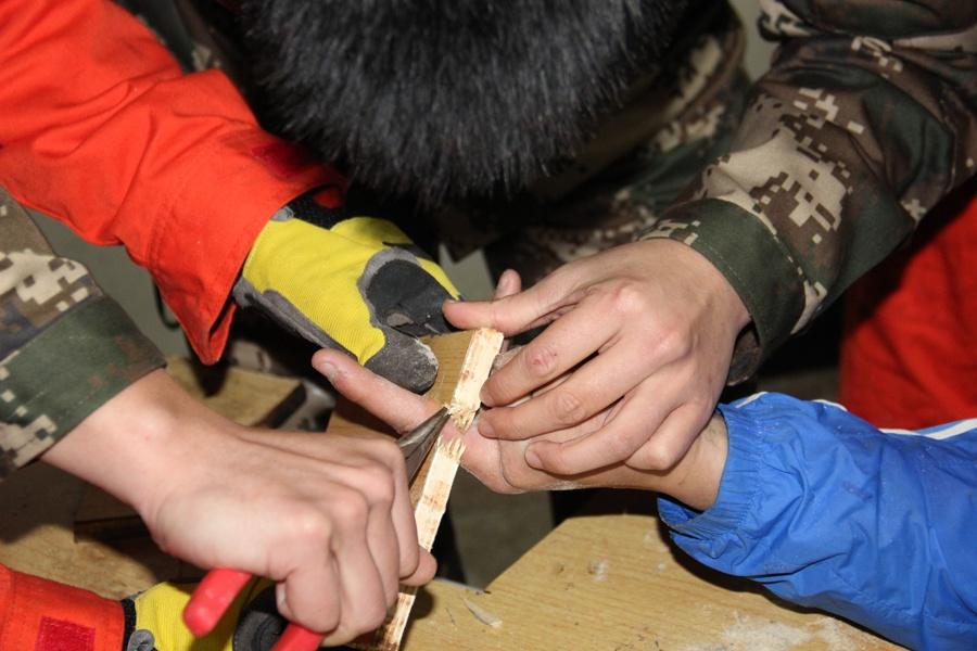 罗城:学生手指被卡桌洞 消防破拆课桌解围(图)