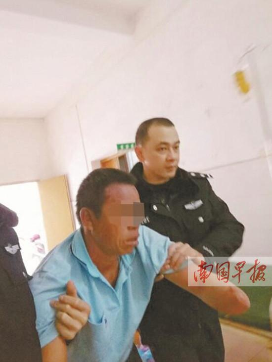 罗城:放牛人被蜂蜇伤 民警紧急送医