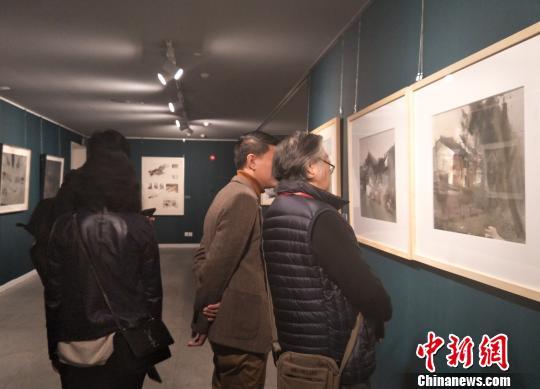 中国美术家协会水彩画艺术委员会年度提名展14日在广东东莞莞城美术馆开幕。图为展览现场艺术氛围浓烈 李映民 摄