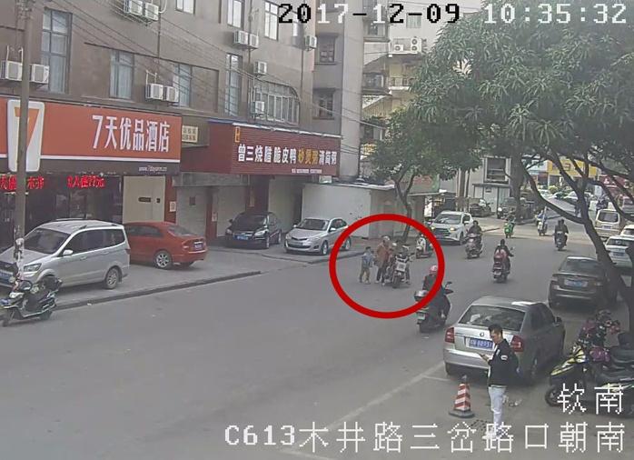 男子骑电动车撞倒老人后逃逸 已被交警控制(图)