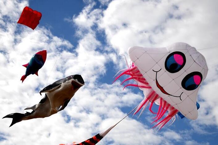 """广西钦州:风筝跳起""""空中芭蕾"""""""
