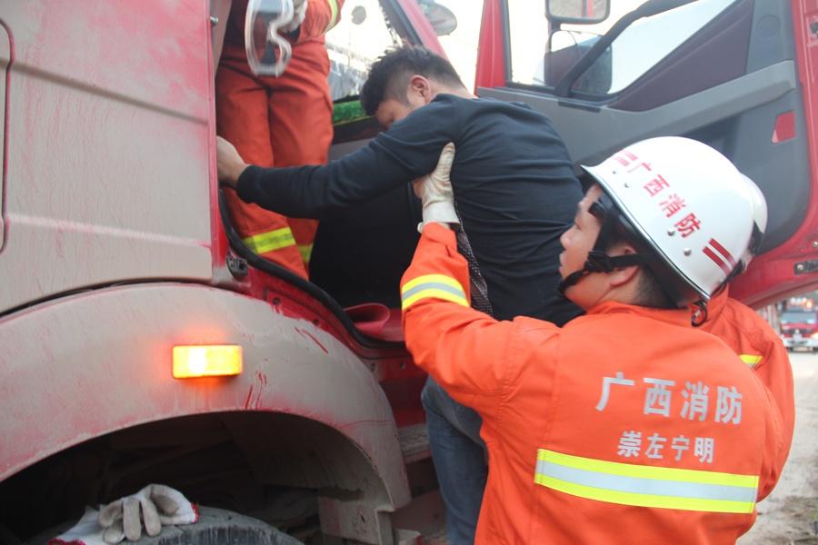 宁明:两货车相撞 消防官兵成功救出两名被困司机