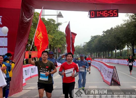 2017红城百色国际半程马拉松赛鸣枪开跑(组图)