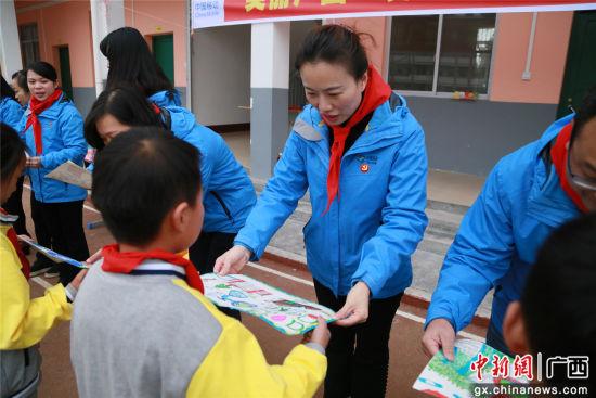 同学们向移动代表赠送书画。
