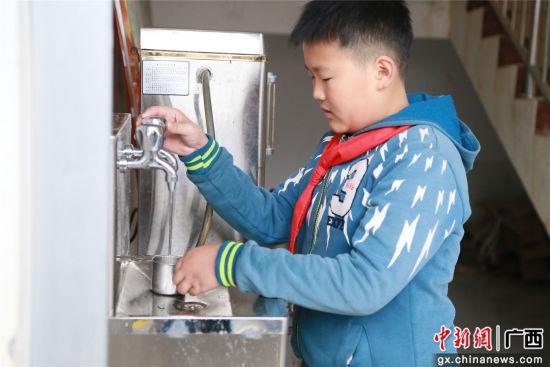 学生正在使用饮水机。