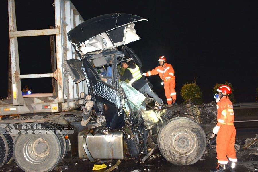 兰海高速两大货车追尾 救援人员救出被困司机(图)